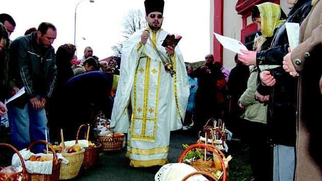 Pravoslavní v Sokolově slavili velikonoce. Tradičně si nechali světit košík s jídlem.