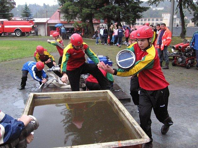 Mladí hasiči z Horního Slavkova ukazují požární útok za 16 vteřin.