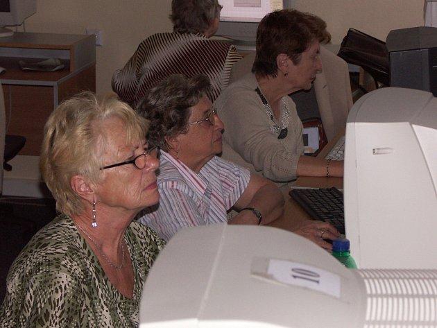 Senioři v počítačovém kurzu