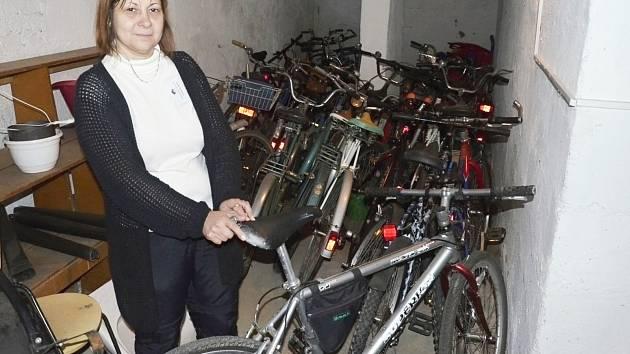 Z Azylového domu Sokolov odvezli hasiči na pět desítek bicyklů.