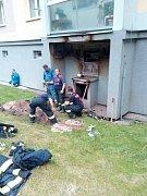 Plynová přípojka hořela v Chodově. Hasiči evakuovali obyvatele domu.