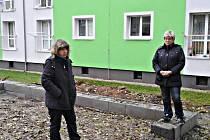Obyvatelky domu v Dlouhé ulici v Horním Slavkově Eva Polívková (vlevo) a Waltraud Červenková si stěžují spolu s ostatními na záměr města vybudovat ze jejich domem kontejnerové stání na tříděný odpad.