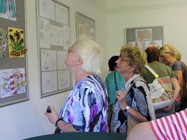 Vernisáž zahájila v úterý výstavu děl seniorek v Muzeu Horní Slavkov.