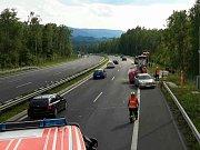 Na dálnici D6 se převrátil přívěs převážející koně.