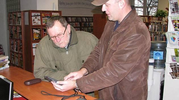 NOVINKA V MUZEU. Josef Janura (vpravo) názorně ukazuje, jak se audioprůvodce ovládá.