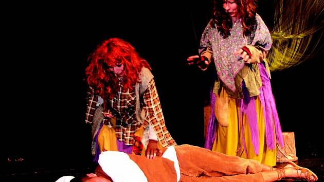 JEDNA ZE ZKOUŠEK chystané premiéry pohádky Ježibaby z Babína, kterou pro děti chystá Divadlo bez  zákulisí, se uskutečnila ve čtvrtek večer v sokolovském Městském divadle.