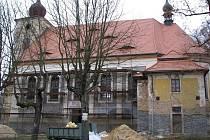 V Kostelní Bříze u Březové se snaží o záchranu kostela a opravují se i další objekty.