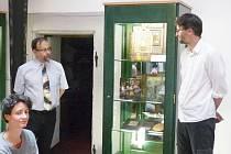 Výstava umělecké knižní vazby Jana Perůtky potrvá v knihovně do konce července.