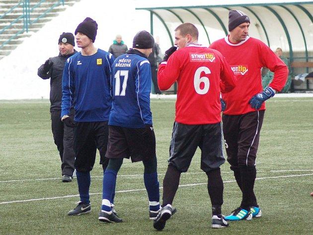 Zimní turnaj FK Baník Sokolov: Olympie Březová - Spartak Chodov (v červeném)