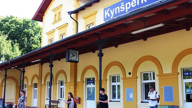 Novou výpravní budovu dostali do užívání cestující na železniční stanici v Kynšperku nad Ohří.