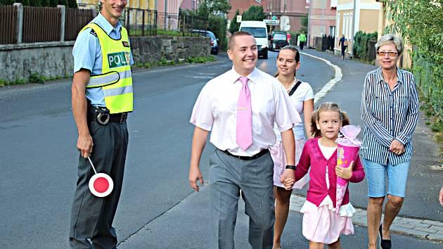 1. září je tu. Na děti dohlíží u škol policisté.