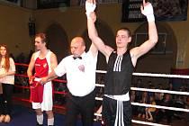 Sokolovský boxer Dominik Popelka (v černém)