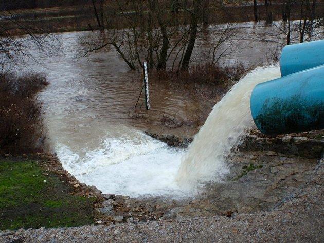 Protipovodňová hráz  v Královském Poříčí, jejíž součástí jsou i čerpadla na důlní vodu z potoka do řeky Ohře