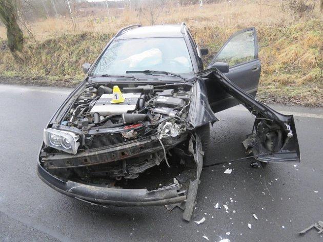Na mokré silnici dostal řidič smyk, narazil do projíždějícího kamionu.
