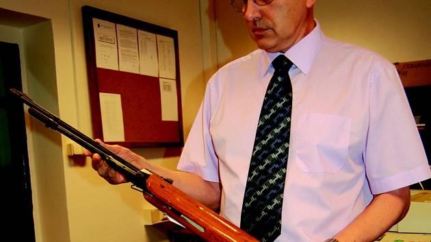 Městská policie vzduchovou pušku zabavila.