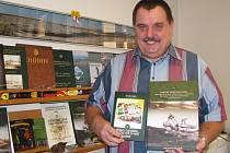 Báňský odborník a publicista Jaroslav Jiskra drží v rukách svoji 29. a 30. knihu.