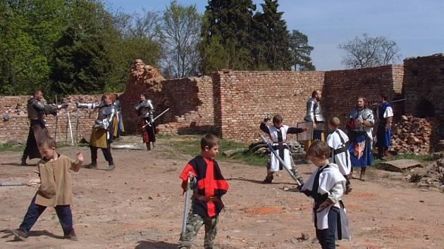Na hradě Hartenberg se konala vůbec první škola historického šermu pro mládež.