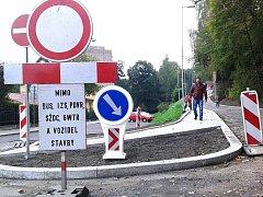 NOVÝ CHODNÍK má ochránit cestující u vlakového nádraží v Kraslicích.