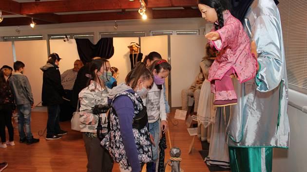 Návštěvníci si nenechali ujít výstavu voskových figurín v KASSu.