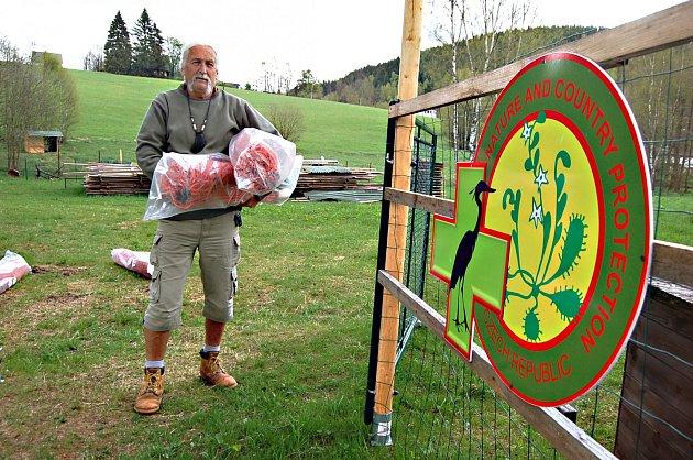 SPRÁVCE  Vladimír Tomáš Smolík stěhuje sítě na místo, kde vznikne na Bublavě nové zázemí pro zvířecí záchranáře.