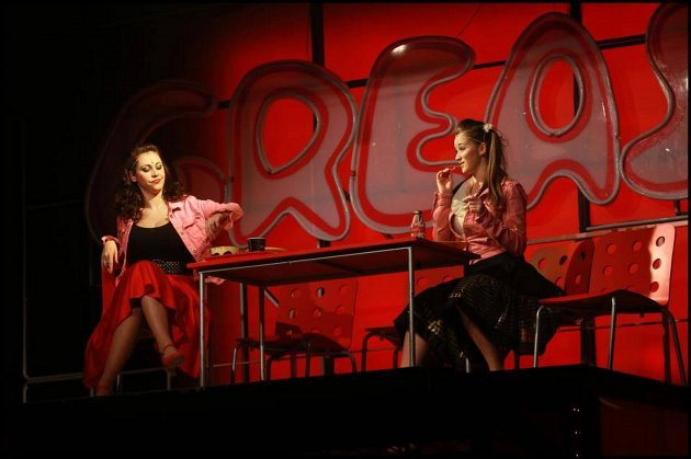 Kateřina Herčíková v muzikálu Pomáda v roli Jane (vpravo)
