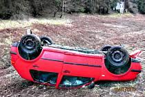 Po nárazu do stromu skončila řidička s vozem na střeše.