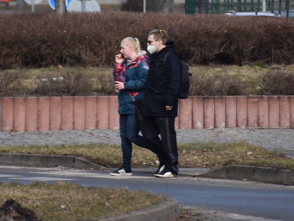 Na Sokolovsku lidé chodí stále bez roušek.
