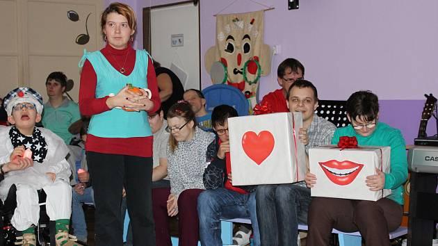 Klienti a zaměstnanci Denního centra Mateřídouška si připravili pro hosty vánoční besídku.