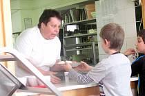 NOSTALGII u absolventů podle ředitelky Dany Krulišové vyvolá i posezení ve školní jídelně, kde si mohou kromě oběda třeba načepovat i čaj z várnice.
