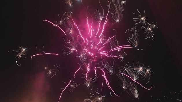 TŘASKAVÁ show rozzářila nebe nad celým Sokolovskem. Pyrotechniku odpalovali profesionálové i amatéři.