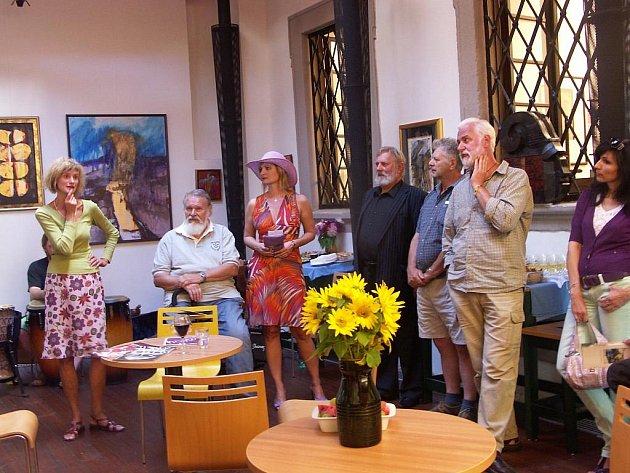 VERNISÁŽ výtvarníka a knihaře Ladislava Hodného (třetí zprava) byla zároveň i zahájením Plenéru Loket.         V rámci něj budou tento týden  umělci z Čech i zbytku Evropy tvořit přímo v ulicích Lokte.