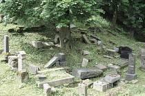 NÁHROBNÍ KAMENY, které spadly bez přičinění člověka, se nikdy nezvedají. Židovský rituál nařizuje, že co příroda shodila, to se nezvedá. Mrtví mají mít svůj klid.