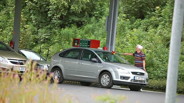 Benzínová turistika? Tvrdý boj čerpadlářů o každého zákazníka