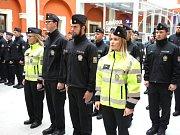 Policie v kraji rozšířila své řady o dvaačtyřicet nových tváří, a to slavnostně v Ostrově.