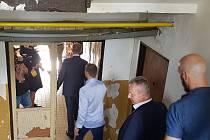 O tom, jak někteří lidé dokáží zdevastovat přidělené byty, se mohli v Rotavě přesvědčit i někteří členové vlády.