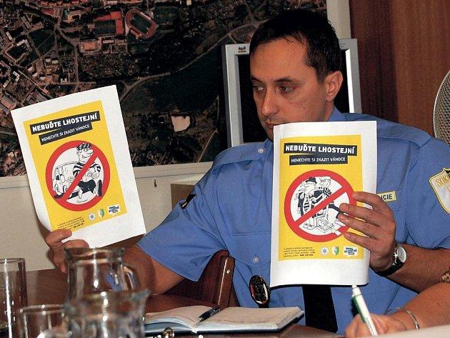 Velitel Městské policie v Sokolově Petr Kubis představil na tiskové konferenci letáky, které bude městská i státní policie rozdávat zákazníkům u větších obchodních center ve městě.