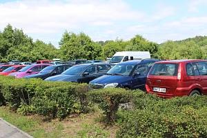 Jedním z pěti možných parkovišť během velkých kulturních akcí je plocha u benziny.