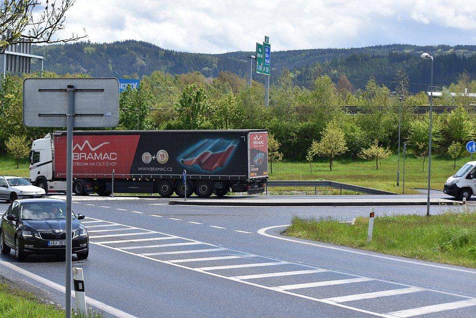 Sjezd z dálnice D6 a křižovatka u Jenišova. Hustý provoz donutil správce komunikace k rozšíření křižovatky o další jízdní pruh. Za poslední dva roky zde bylo 10 nehod s 5 zraněními.