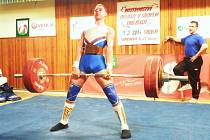 Nováček oddílu silového trojboje TJ Baník Sokolov dorostenec Patrik Hrubý při pozvedu 130kg.