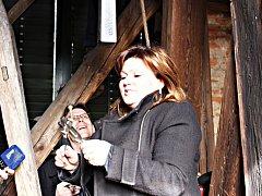 V kostelní zvonici Leticie Vránová Dytrychová pracovala s pomocí speciálních ladiček.