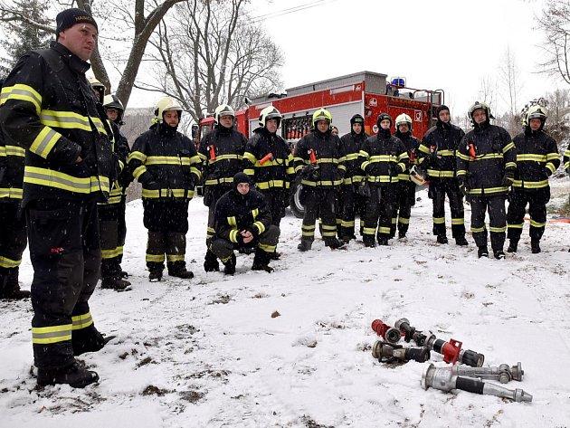 Dobrovolní hasiči cvičili vopuštěném domě vHorním Slavkově.