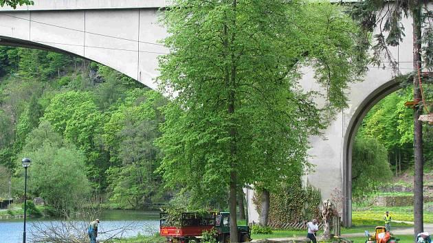 AMFITEÁTR společně s mostem by se měl dočkat úprav.