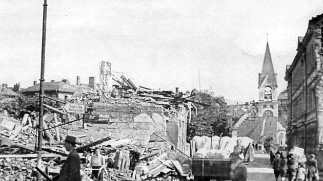 TROSKY. Snímek ukazuje následky bombardování města Sokolova v místech, kde dnes stojí budova bývalého hotelu Ohře. Bomby určené pro zničení mostu přes řeku Ohře ničily objekty u mostu, most ale zničen nebyl.