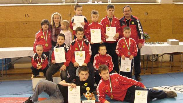 Úspěšní zápasníci březovské Olympie po turnaji v Německu.