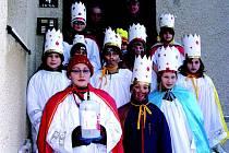 Skupinky školáků v převlecích za Tři krále vyšli včera do ulic