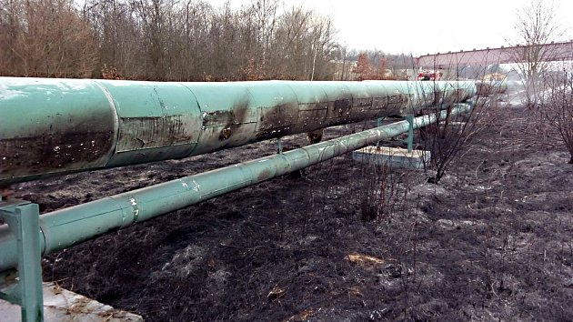 Hořící tráva poničila parovod vSokolově.
