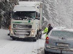 Uvízlý kamion u železničního přejezdu mezi Olovím a Kraslicemi