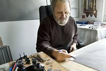 JIŘÍ JUN ve svém ateliéru, který si zařídil v domě, kde bydlí. Spíš než cokoliv připomíná malou galerii.