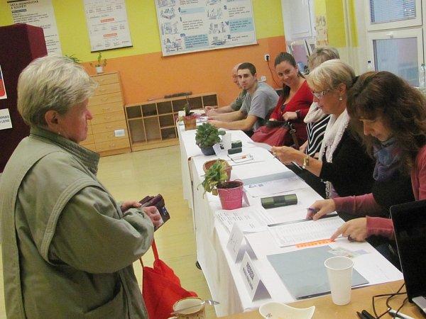 Volební místnosti vSokolově přivítaly prvních pár sobotních voličů.