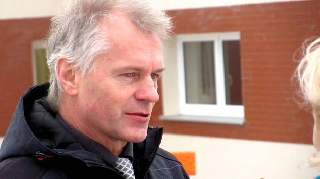 Bývalý starosta Krásna Miroslav Kirejev před školkou Pampeliška